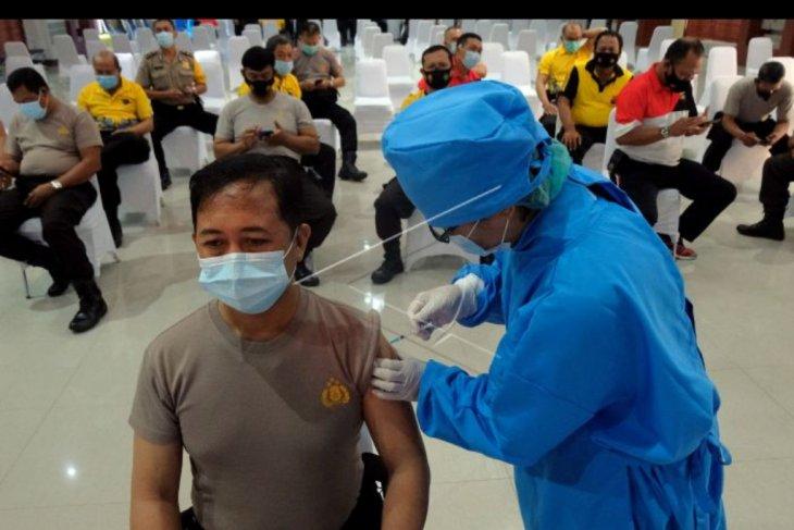 Vaksinasi polisi di Polda Bali