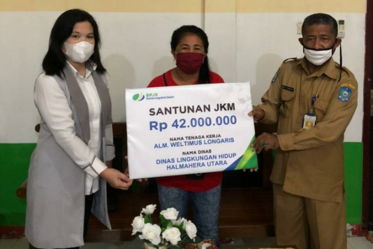Ahli Waris Tenaga Kebersihan Dinas Lingkungan Hidup Halut Terima Manfaat dari BPJAMSOSTEK
