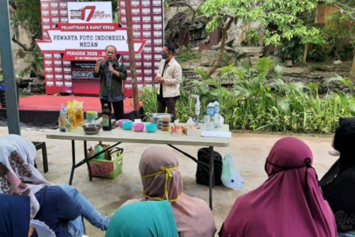 UKM Jurnalis dan TPL latih warga Kampung Sejahtera bikin sabun dari eucalyptus