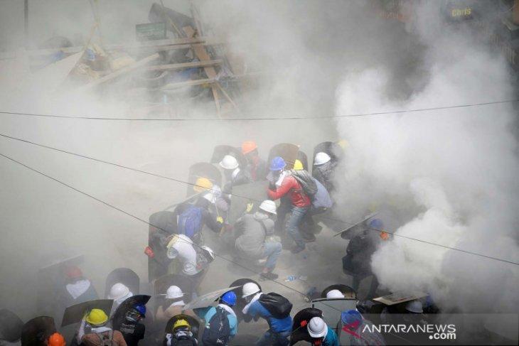 Ribuan warga selamatkan diri dari zona industri ibu kota Myanmar