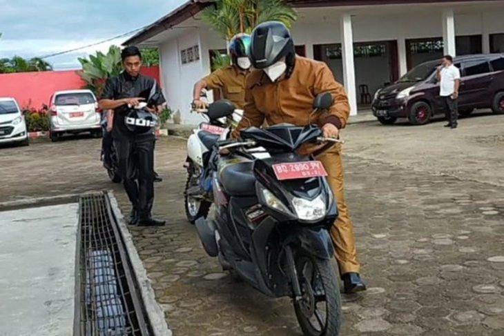 Ngantor perdana, Bupati Seluma kendarai sepeda motor