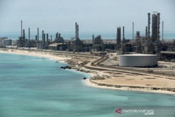 OPEC+ perpanjang pengurangan produksi, minyak capai level tertinggi setahun