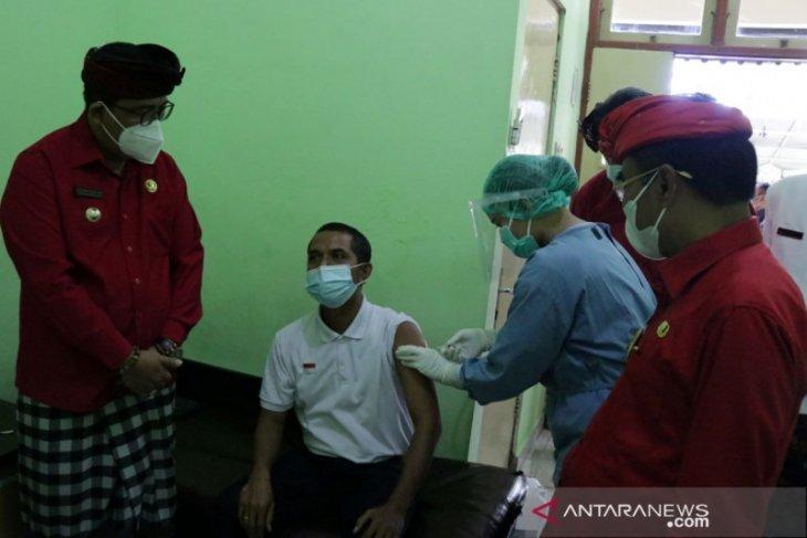 Hari Pertama, Bupati dan Wabup Tabanan tinjau vaksinasi untuk jurnalis