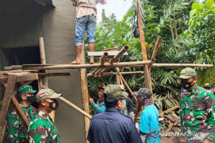 TNI dan warga gotong royong bangun Bekasi melalui TMMD