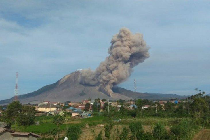 Gunung Sinabung erupsi, jarak luncur awan panas 4.500 meter
