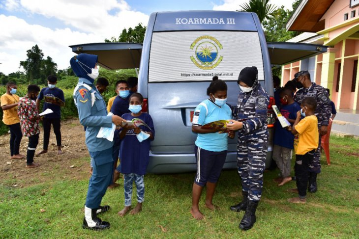 Navy helps Papuan children instil reading habit through mobile library
