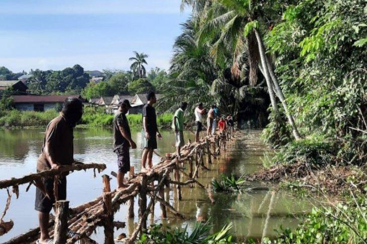 Dukung Ekonomi Kreatif, Warga RT 23 Gotong Royong Buat Kolam Pemancingan