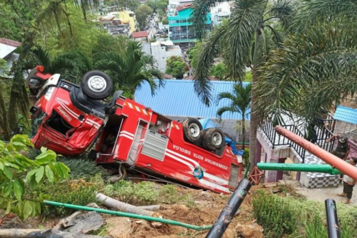Mobil damkar milik Pemkot Sibolga terbalik, sopirnya dilarikan ke rumah sakit