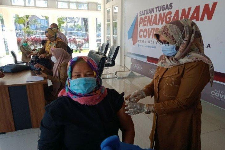 Pemkot Medan vaksinasi petugas layanan publik di kantor wali kota