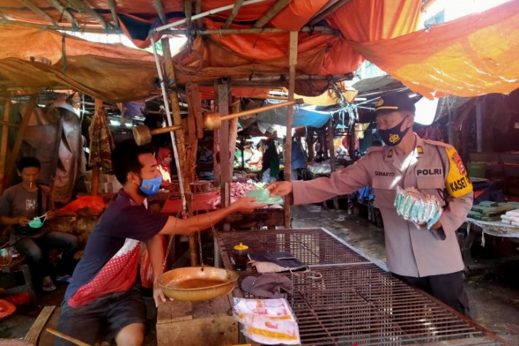 Polres Serang Kota bagikan 3.000 masker di dua pasar