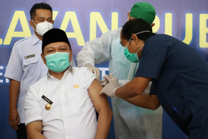 Bupati dan Wabup Paser jalani vaksinasi COVID-19 tahap pertama