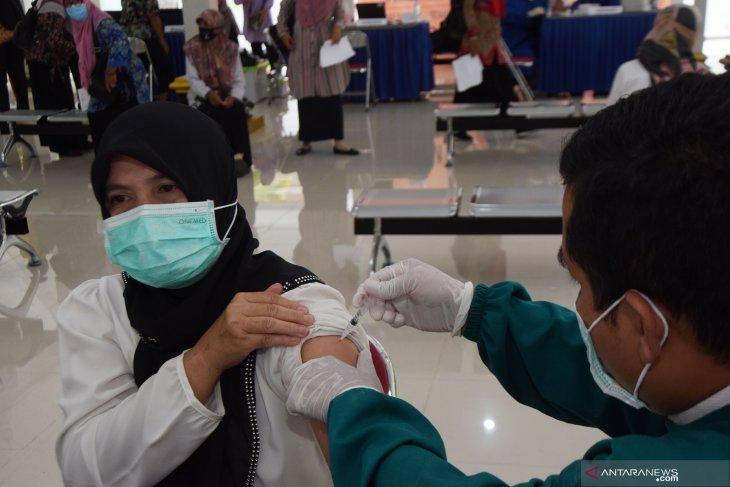 Vaksinasi COVID-19 Massal Pendidik di Madiun