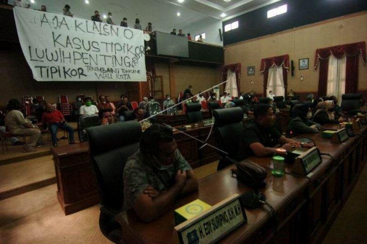 Aksi protes mahasiswa di DPRD Kota Tegal