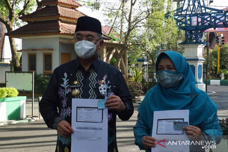 Bupati HSS dan istri penerima vaksin COVID-19 untuk usia di atas 60 tahun