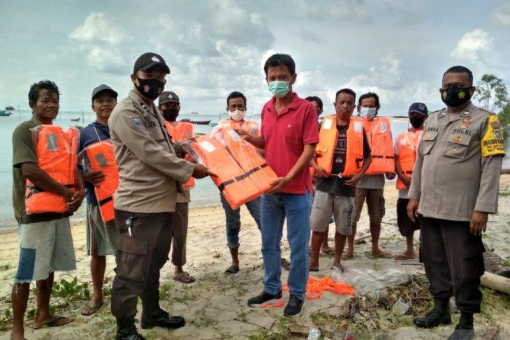 Polres Bangka Barat bantu perlengkapan nelayan di Desa Belolaut