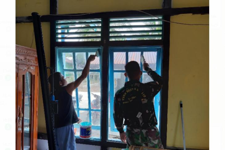Warga bersama TNI lalukan pengecatan rumah di sela kegiatan TMMD ke-110