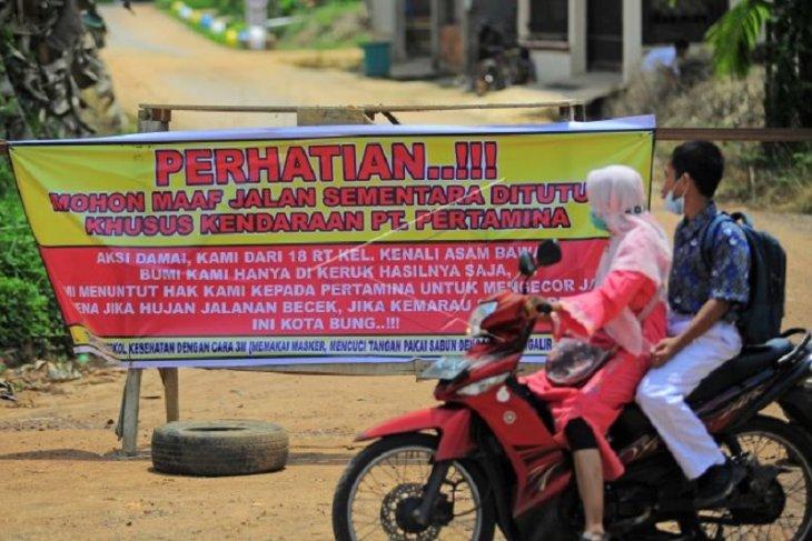 Pemblokiran jalan kawasan sumur minyak pertamina