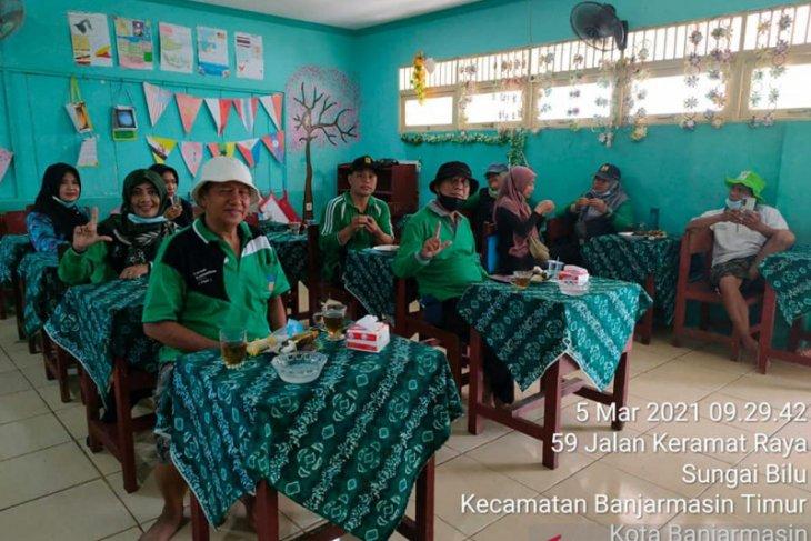 PHD aksi tanam pohon dan pembersihan sekolah pasca banjir