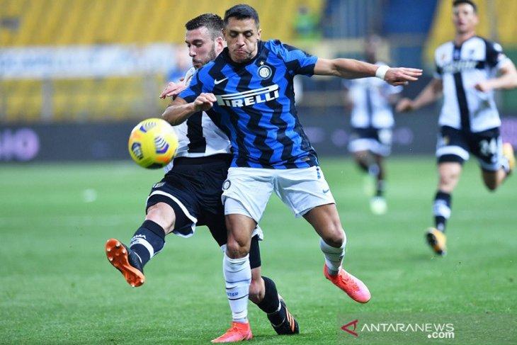 Alexis Sanchez mencetak dua gol saat Inter Milan kalahkan Parma