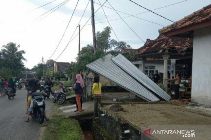 Rumah warga Toboali rusak di hantam angin puting beliung