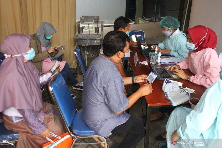 Vaksinasi Tenaga Pengajar di Malang