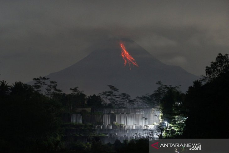 Mount Merapi emits incandescent lava 13 times on Saturday