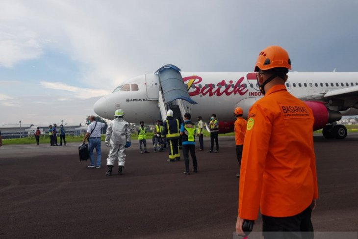 Batik Air yang mendarat kembali di Bandara Jambi karena mengalami kendala di roda depan