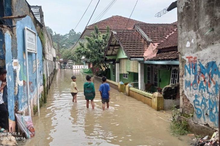 BPBD Kabupaten  Lebak operasikan mesin pompa air atasi banjir di pemukiman warga