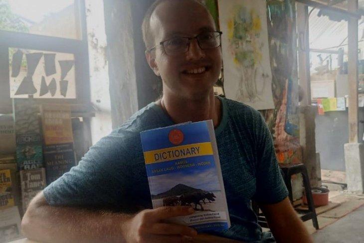 Andrew Friend, warga Amerika, buat kamus Bahasa Suku Sasak, Lombok
