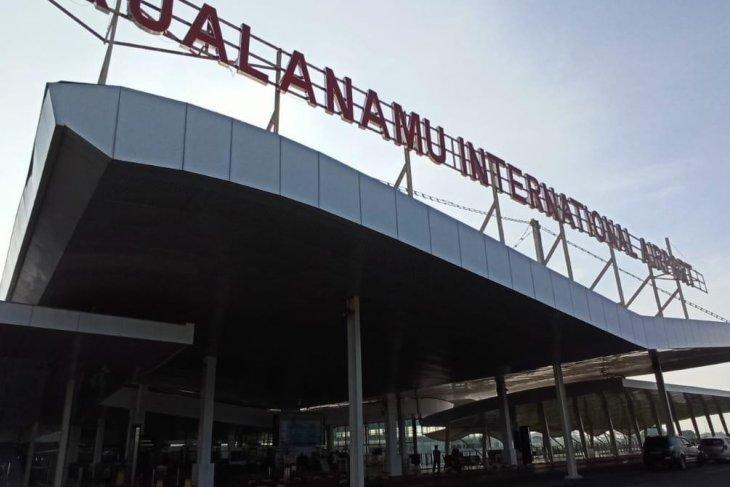 Petugas Bandara Kualanamu amankan  penumpang buka jendela  pesawat
