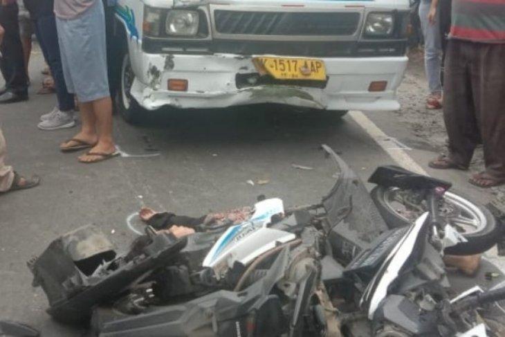 Senggol mobil, tabrak bus, pengendara motor meninggal di lintas Parapat