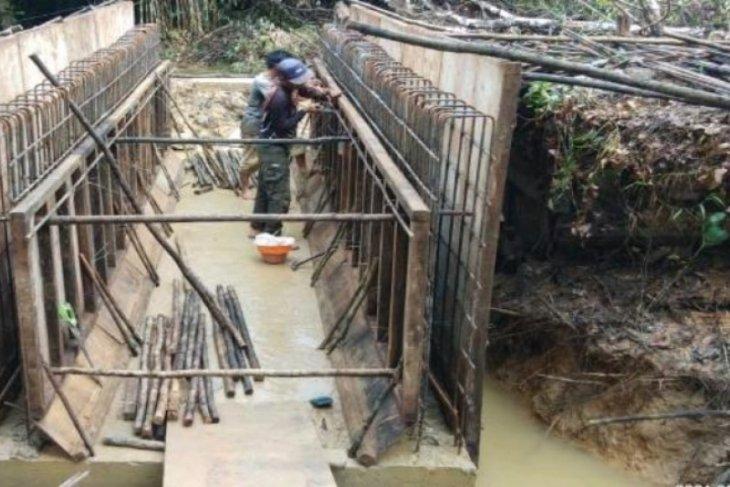 Satgas TMMD bersama warga bangun jembatan Desa Lok Batu