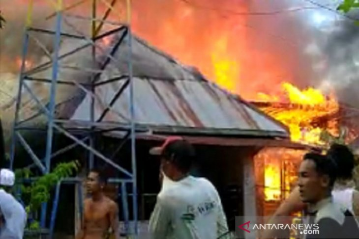 15 rumah di Pakan Dalam terbakar, dua relawan pemadam luka ringan