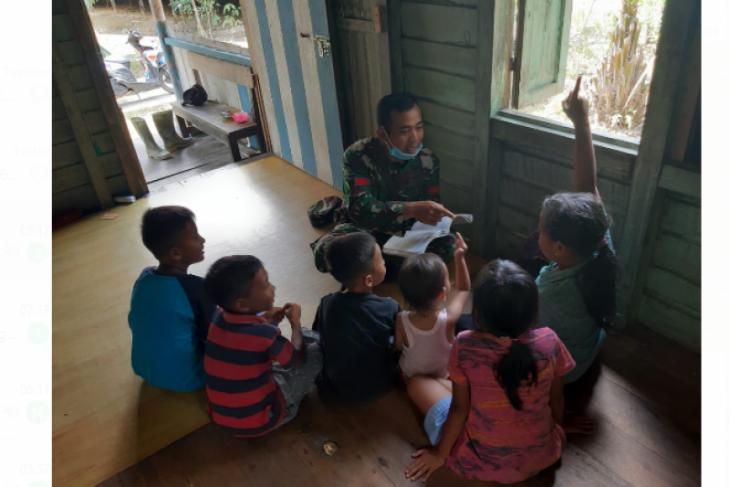 Satgas TMMD ke-110 Kodim 1206/PSB, bantu anak-anak belajar di rumah