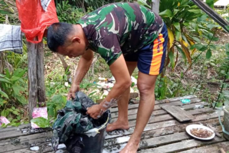 Di tengah tugas TMMD anggota TNI cuci baju sendiri