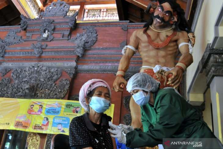 Traditional market traders in Bali's Badung district get COVID-19 vaccinated