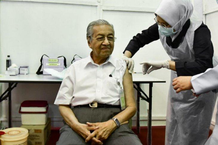 Tun Mahathir Mohamad disuntik vaksin COVID-19