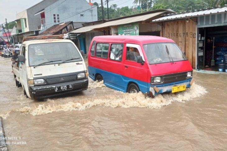 Sejumlah ruas jalan di Lebak tergenang banjir
