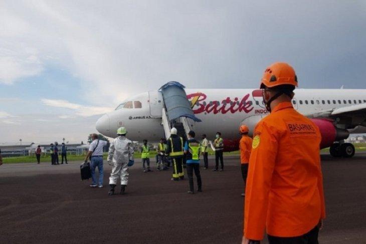Di bawah hujan deras, pesawat Batik Air berhasil ditarik ke apron Bandara Jambi