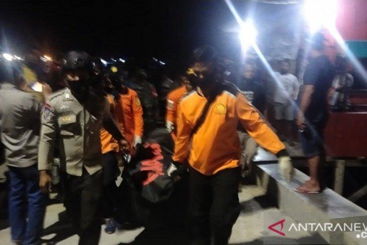 Tim SAR evakuasi jenazah abk terjatuh di laut pelabuhan Dobo