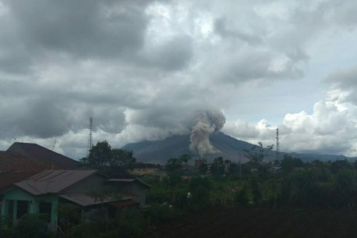 Erupsi Gunung Sinabung teramati  setinggi 200 meter