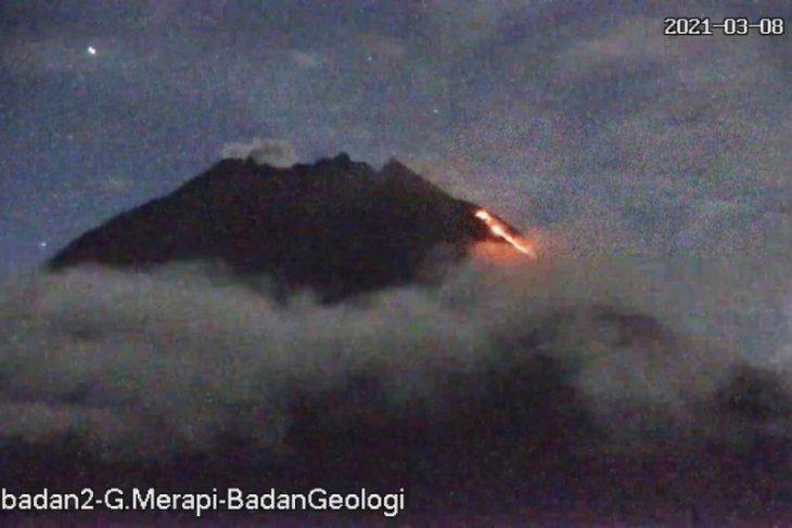 Gunung Merapi luncurkan awan panas guguran dengan jarak luncur 1,3 km