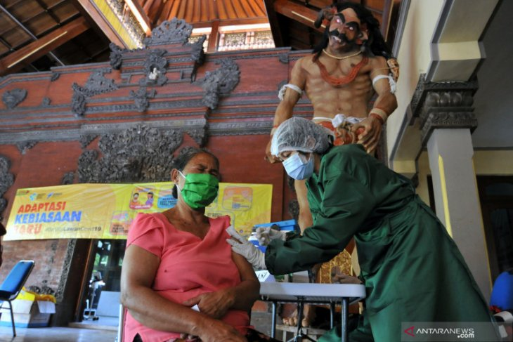 Government aims to inoculate 70 percent of traders in Badung