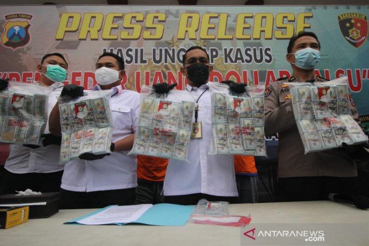 Dua warga Bali dibekuk saat tukarkan ribuan dolar palsu di bank
