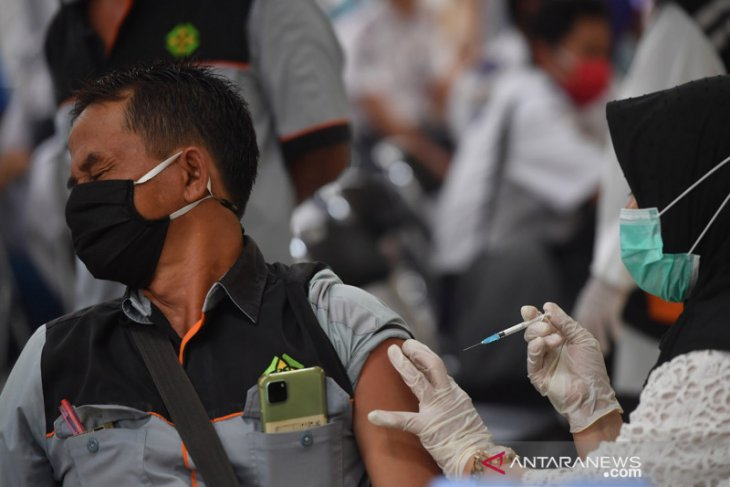Sopir angkutan umum di Gresik jalani vaksinasi COVID-19