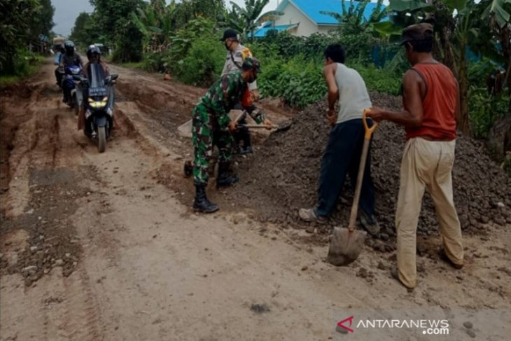 People, companies work together to repair trans-Kalimantan in Tapin