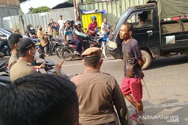 Kendati diancam parang, tak menghalangi Satpol PP tertibkan PKL Pasar Talangbanjar