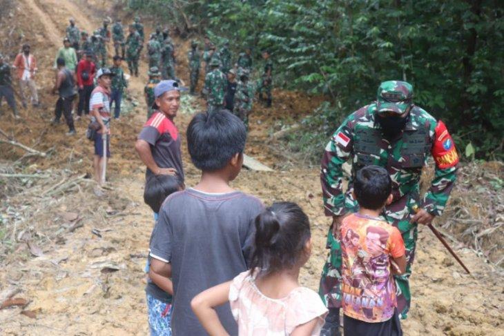 Dandim 1206/PSB ajari bocah Titin Kemantan lagu Indonesia Raya