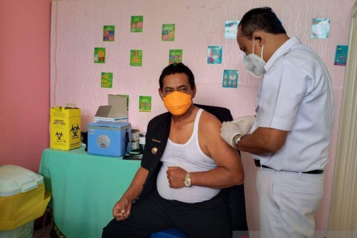 Bupati Belitung Sahani Saleh disuntik vaksin COVID-19