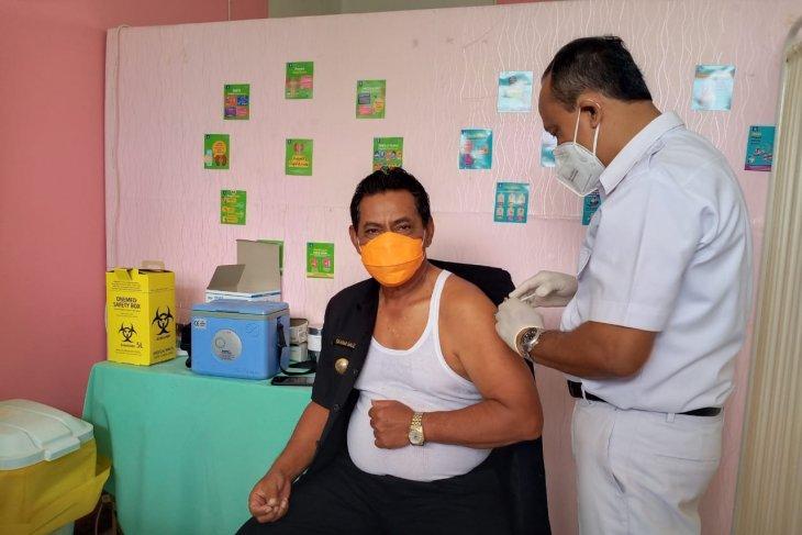 Bupati Belitung disuntik vaksin COVID-19 tahap kedua